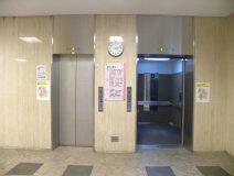 エレベーターに乗り、「3階」に行きます