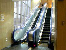 3階へのぼる、エスカレーターに乗ります