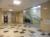エレベーターと階段が見えてきます